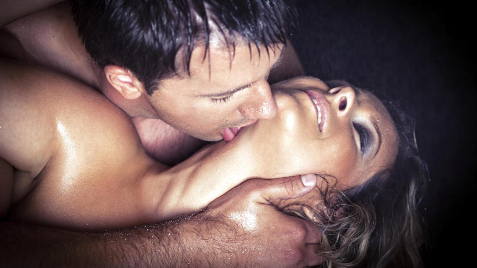 parte superior mujer madura oral con condón
